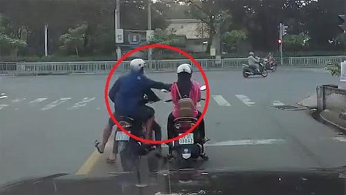 Hai thanh niên giật điện thoại 'nhanh như chớp' của cô gái dừng đèn đỏ